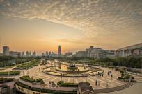 济南黄昏时的泉城广场