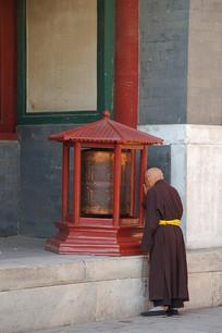 雍和宫转经轮前的僧人